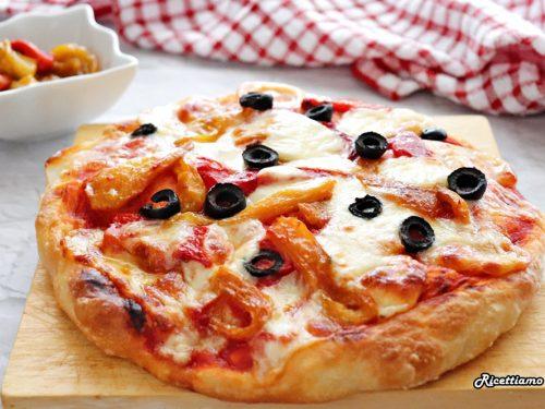 Pizza con peperoni e olive nere