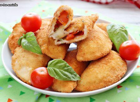 Calzoncini di pancarrè con pomodoro e mozzarella