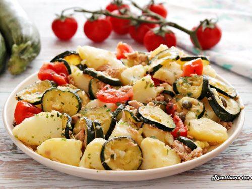 Insalata di patate e zucchine con tonno e pomodori