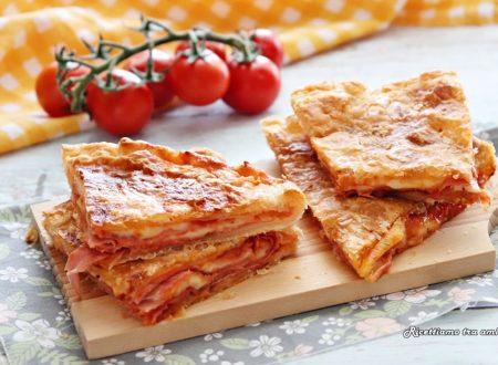 Pizza rustica ripiena di pomodoro prosciutto e mozzarella