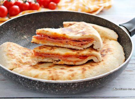 Focaccia istantanea ripiena di pomodoro prosciutto e mozzarella