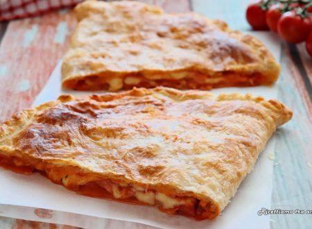Calzone di pasta sfoglia ripieno di pomodoro e mozzarella