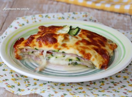 Parmigiana bianca di zucchine crude con prosciutto e scamorza