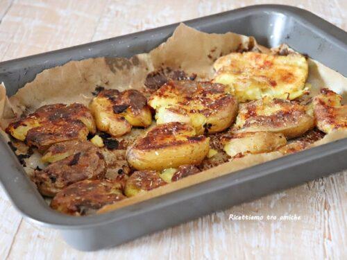 Patate al forno schiacciate e croccanti