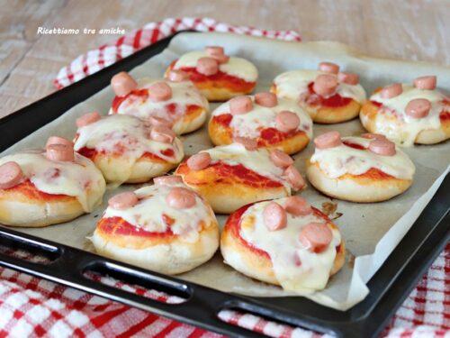 Pizzette morbide con pomodoro wurstel e scamorza