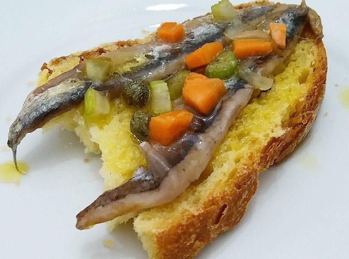 Acciughe condite con capperi, cipolla, sedano e carota