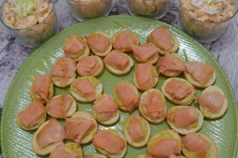 """Crostini con salmone e salsa """"speciale"""" & bicchieri di gamberetti in salsa rosa"""