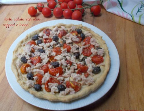 Torta salata con olive capperi e tonno