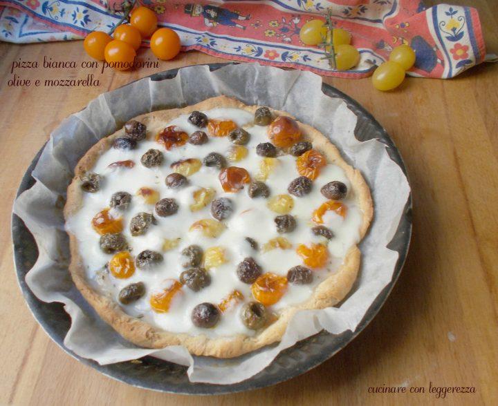 Pizza bianca con pomodorini olive e mozzarella