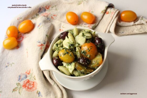 Pasta fredda al pesto con pomodorini mozzarella e olive