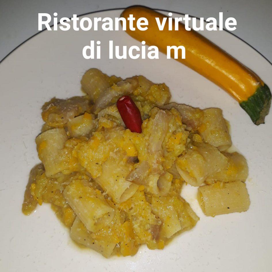 Mezze maniche con zucchine gialle alla ristorante virtuale