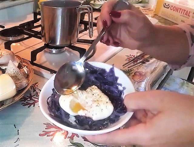 Uovo poche ' su verza viola stufata