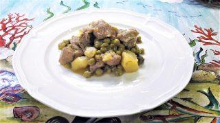 Agnello con piselli e patate in bianco