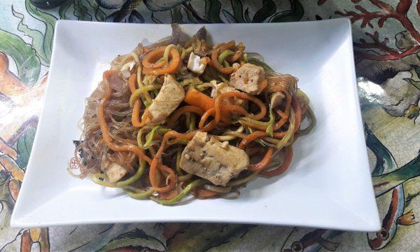 Spaghetti di soia di verdure e pescespada