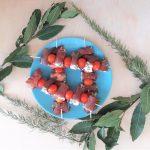Spiedini di carpaccio affumicato e pomodorini