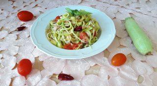 Spaghetti con zucchine pomodorini e tonno