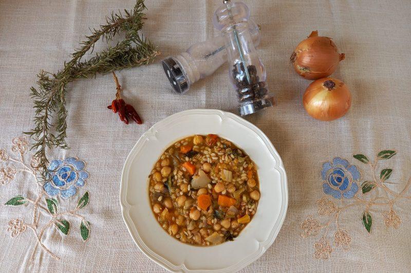 Minestrone arricchito con ceci e cereali