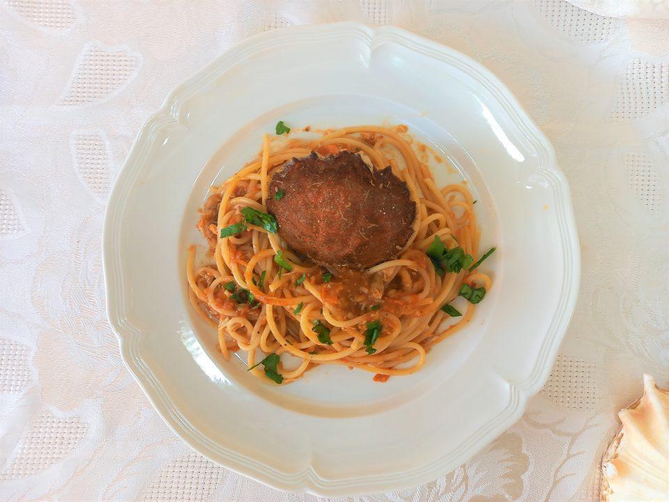 Spaghetti con polpa di granchio di mare.