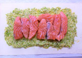 Salmone in crosta con zucchine a julienne