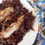 Filetti di pesce con cipolla caramellata