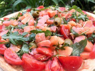 Torta salata con salmone e rucola