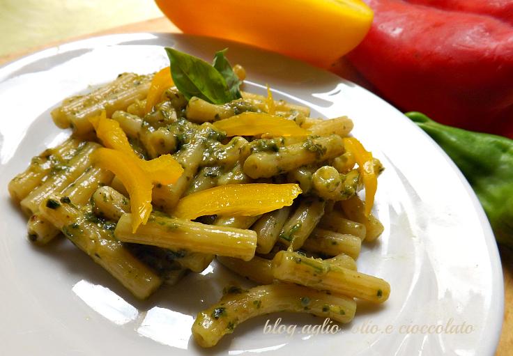 pasta al pesto di peperoni e zucchine