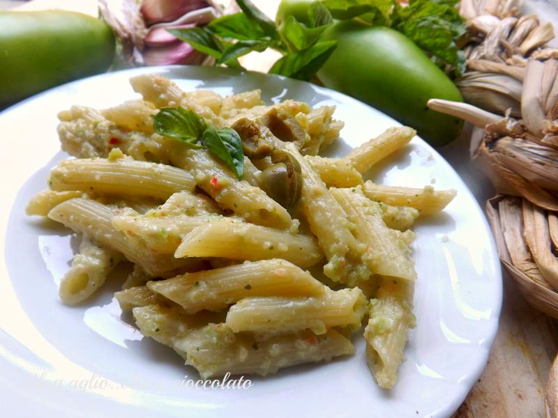 Pasta con pesto di pomodori verdi e olive
