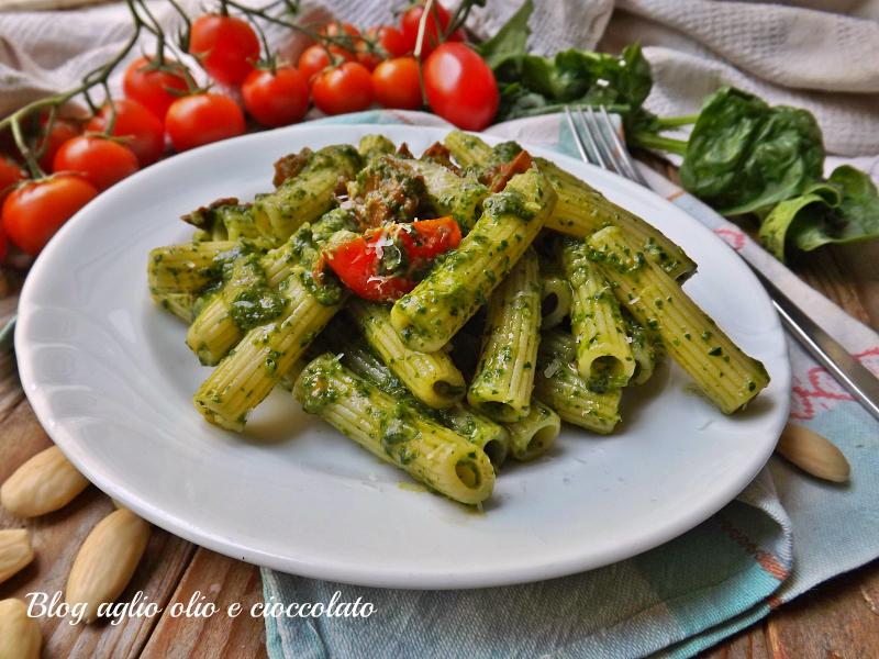 pasta con pesto di spinaci rughetta e pomodori