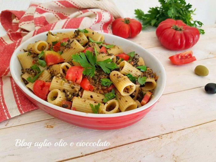 Pasta con Pesto alle Olive e Pomodori