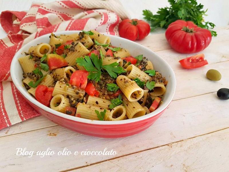 pasta al pesto alle olive e pomodori