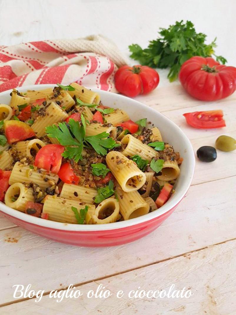 pasta con pesto allei olive e pomodori