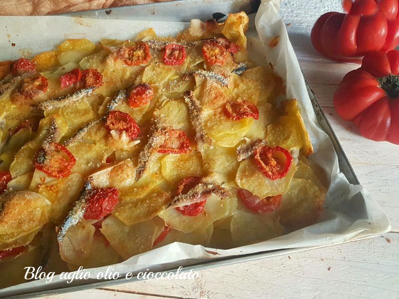 teglia con patate  alici e pomodorini