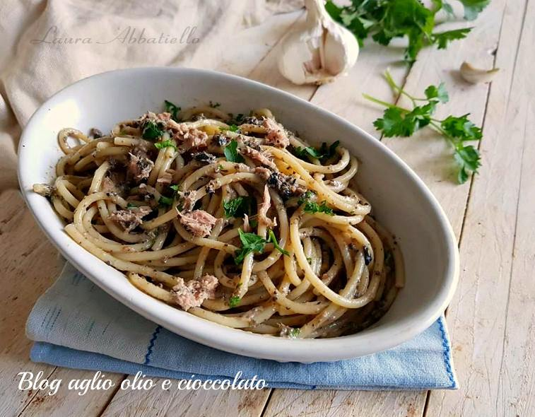 spaghetti con crema di olive e tonno