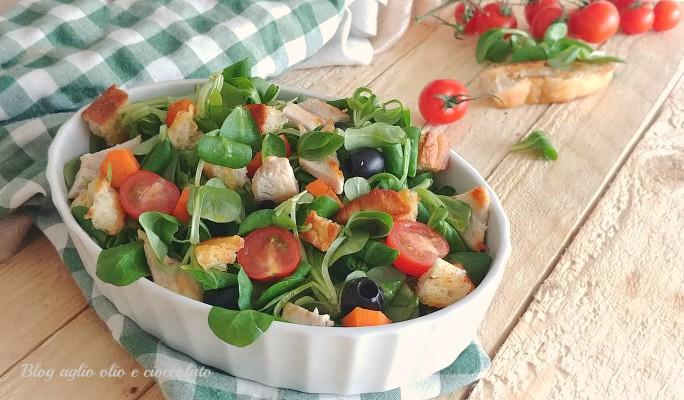 insalata con pollo e pane croccante