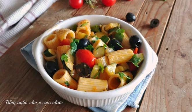 pasta con zucchine olive e pomodori