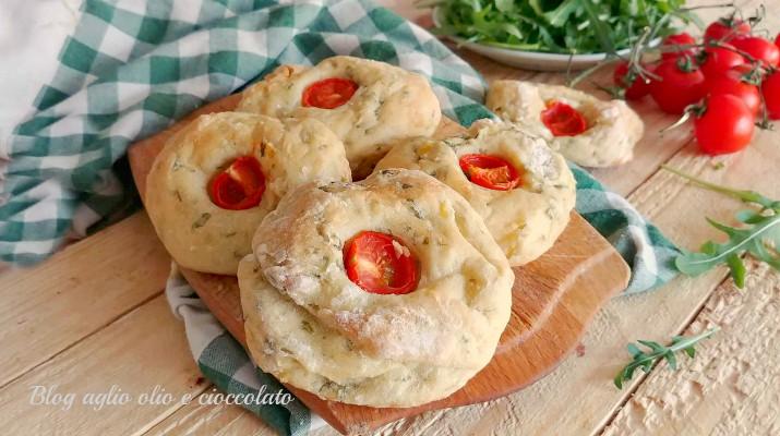focaccine di patate con rughetta e pomodoro