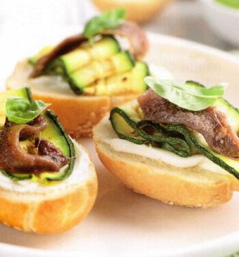 Piccoli panini al sesamo con zucchine e acciughe marinate