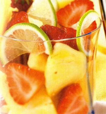 Macedonia di fragole e ananas al lime e menta
