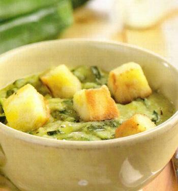 Minestra di zucchine con crostini