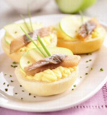 Piccoli panini al latte con mela e aringa affumicata