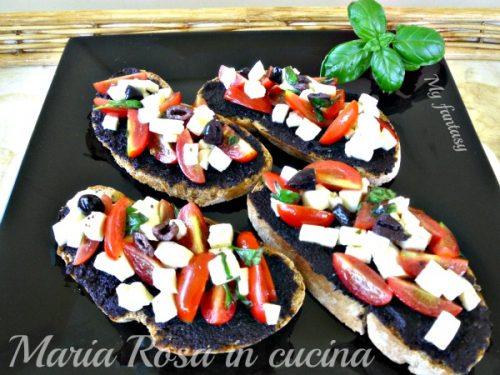 CROSTINI MOZZARELLA-POMODORO-OLIVE, ricetta finger food