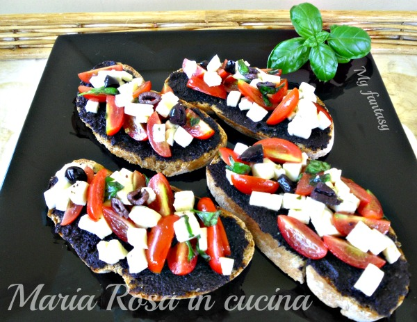 crostini-mozzarella-pomodoro-olive