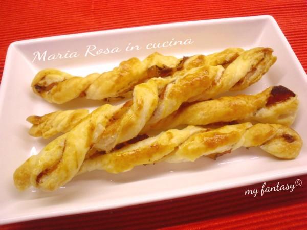 Antipasto sfizioso di pasta sfoglia e pancetta pepata