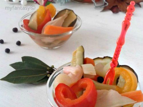Giardiniera campagnola di verdure fresche con aceto di mele
