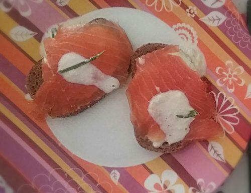 Crostone al salmone e salsa tzatziki