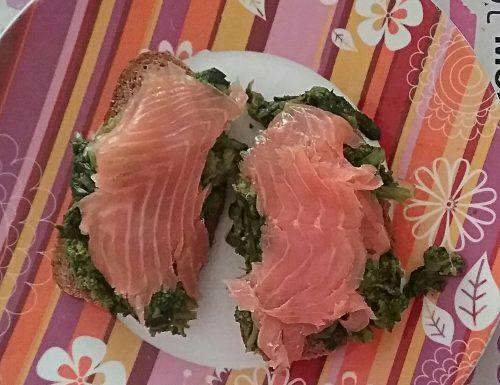 Crostone con salmone e cime di rapa