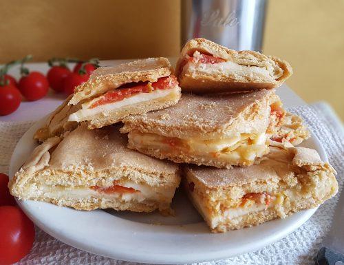 Calzone rustico pugliese con mozzarella e pomodori