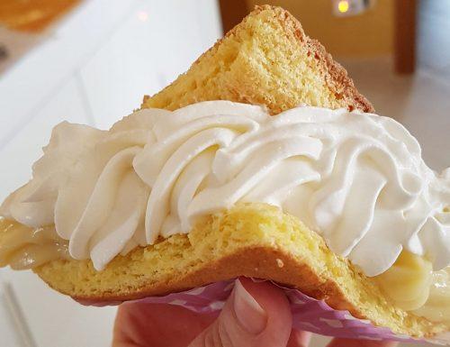 Triangoli dolci morbidi con crema pasticcera e panna montata
