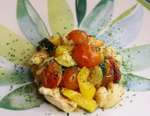 Pollo zucchine, peperoni e pomodorini.