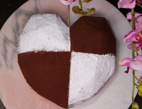 Torta cuore all'amaretto con ricotta e cioccolato senza glutine.